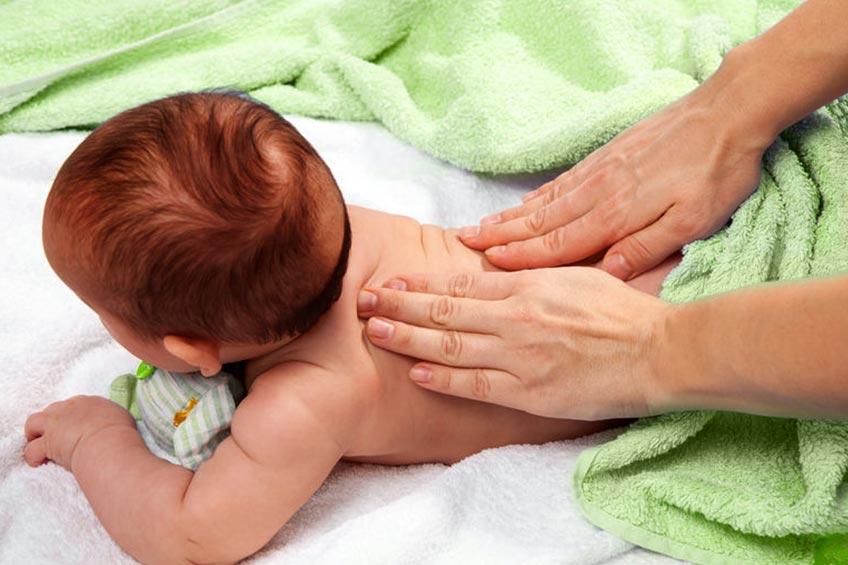 Benarkah Pijat Bayi Bisa Meningkatkan Berat Badan Si Kecil?